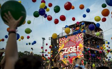 Budapest, 2015. augusztus 10. Fiatalok léggömböket engednek a magasba a Sziget fesztiválon 2015. augusztus 10-én. MTI Fotó: Marjai János