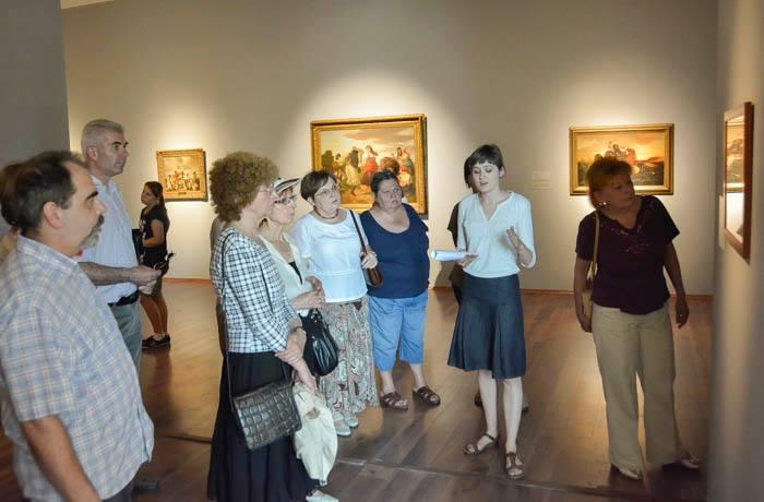 Eleőd Ildikó tárlatvezetése az Alföld című kiállításon (fotó: MODEM, facebook)