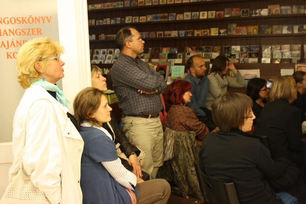 közönség a Líra Könyvesboltban