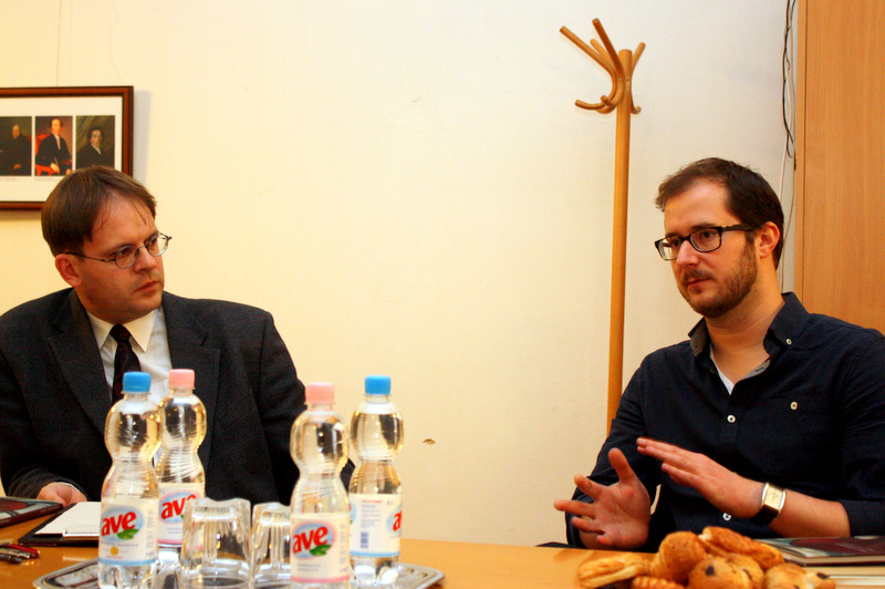 A szerző (jobbra) az új kötet debreceni bemutatóján