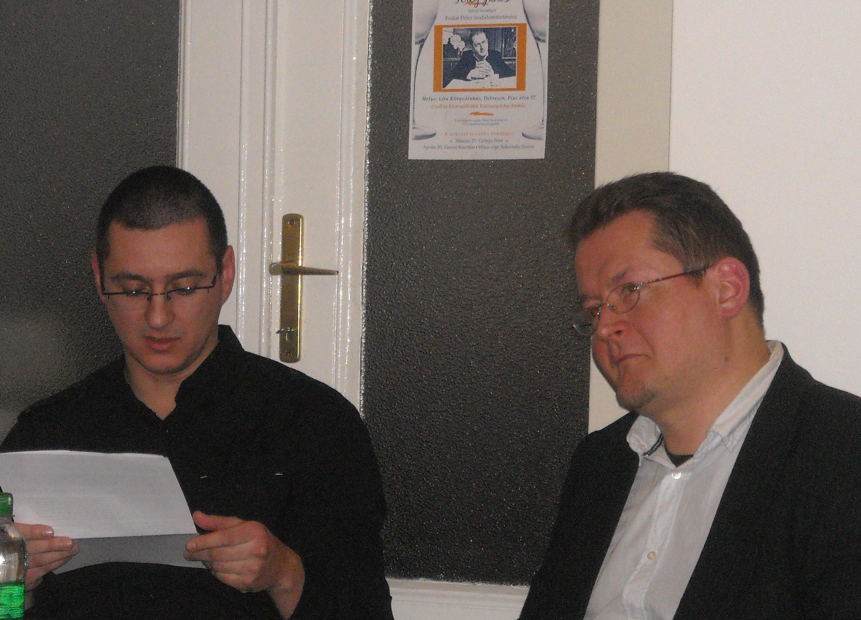 Balról az est moderátora, Fodor Péter, mellette Térey János költő
