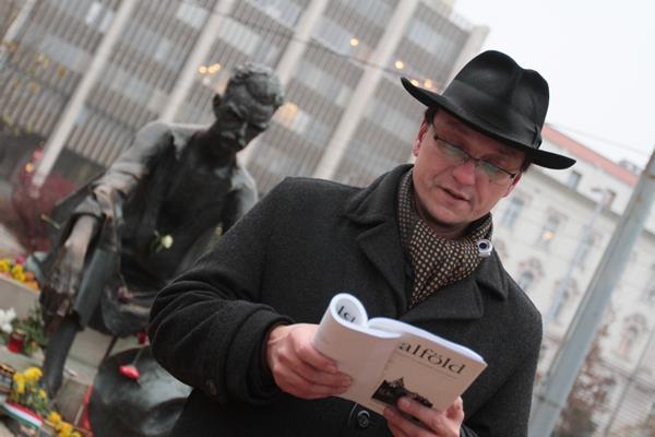 Balogh Endre, a JAK elnöke olvas fel