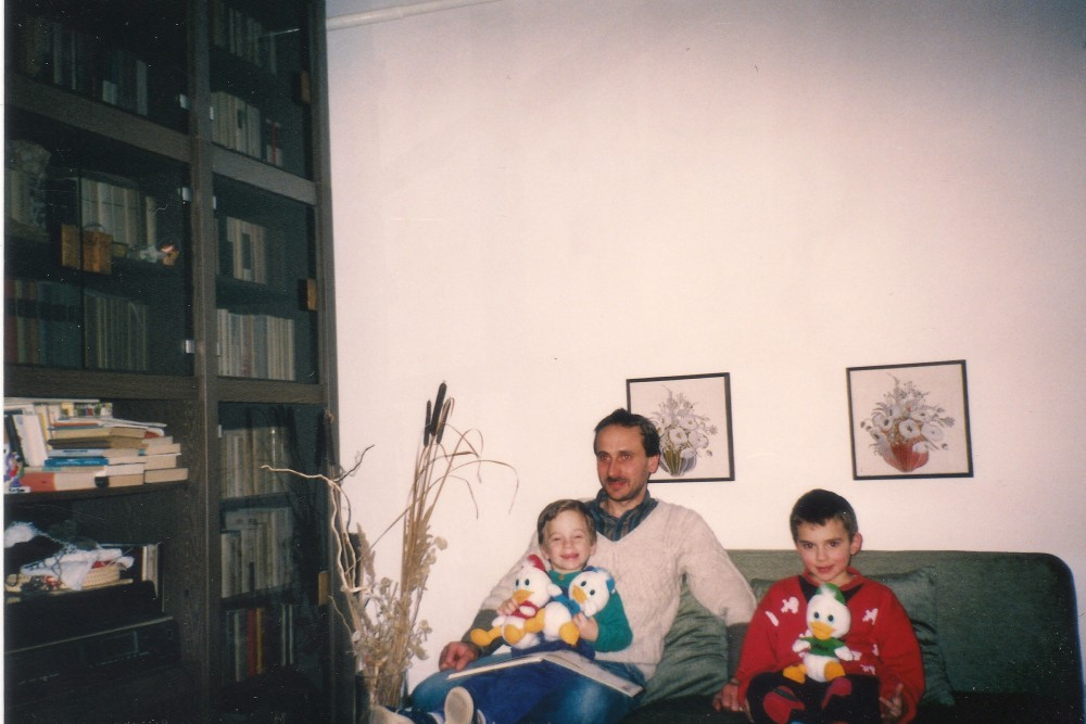 A kötet szerzője édesapjával és bátyjával, a Kacsamesék aktuális epizódját várva, 1992. (Fotó: Fekete Sándor)