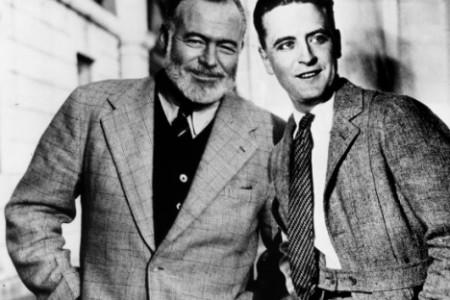 Fitzgerald (jobbra) Ernest Hemingway oldalán