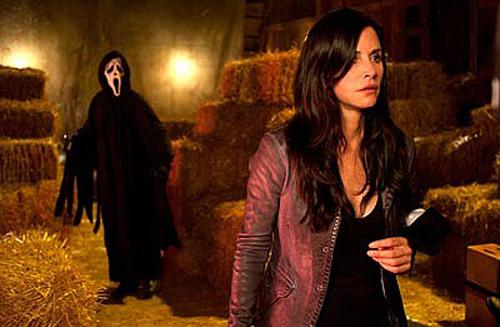 mindennapos jelenet Wes Craven világában: szép nők, Ghostface, szalmabálák